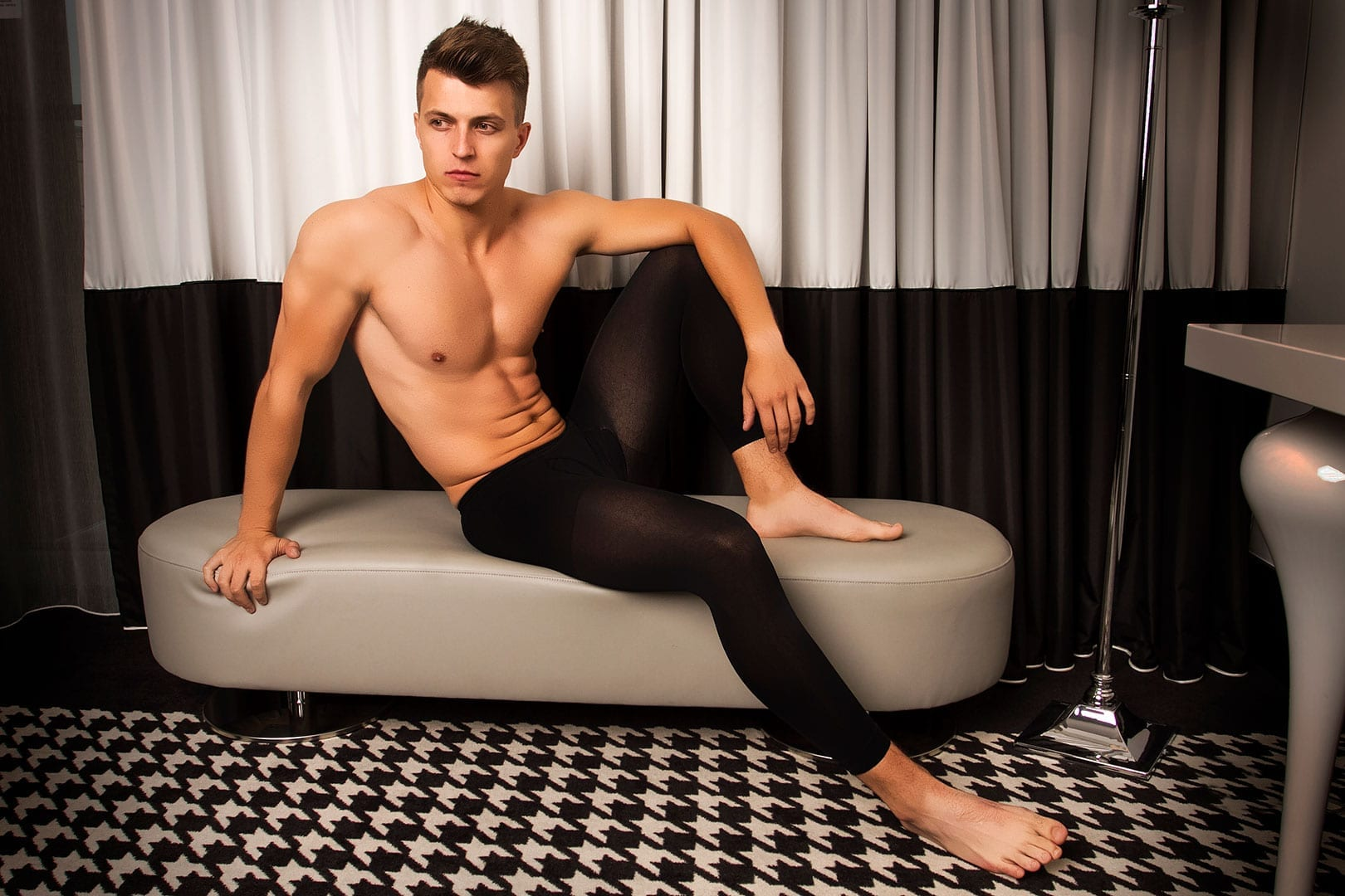 Male model wearing glamory thermoman 100 men's tights